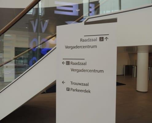 hanskraan wayfinding - verwijszuil stadhuis Gemeente Almelo